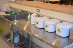 炊飯器がずらり。(2014-11-04,共用部,KITCHEN,1F)