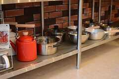 コンロ下には調理器具が置かれています。(2014-11-04,共用部,KITCHEN,1F)