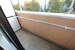 ベランダには物干しができる器具が取り付けられています。(208号室)(2014-11-04,専有部,ROOM,2F)