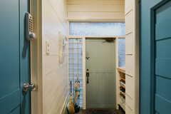 内部から見た玄関の様子。左手のドアは専有部です。(101号室)(2017-11-30,周辺環境,ENTRANCE,1F)