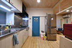冷蔵庫奥のドアは水まわり設備です。(2017-11-30,共用部,KITCHEN,1F)