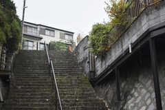周辺には急な階段があります。(2017-11-30,共用部,ENVIRONMENT,1F)
