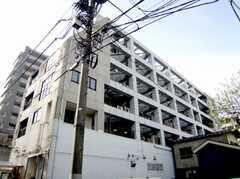 シェアハウス外観。マンションの2F部分全体がシェアハウスになっている。(2007-04-21,共用部,OUTLOOK,1F)