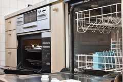 ガスコンロの下はオーブンが設置されています。オーブンの脇は食器洗浄機が設置されています。(2017-02-14,共用部,KITCHEN,1F)
