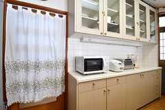 キッチンの対面は食器棚です。キッチン家電が並んでいます。(2017-02-14,共用部,KITCHEN,1F)