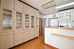収納の様子。専有部ごとにスペースが決められています。冷蔵庫の脇が水まわりスペースです。(2017-02-14,共用部,KITCHEN,1F)