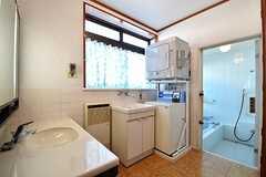 水まわりスペースの様子。左手から洗面台、洗濯機、乾燥機、バスルームです。(2017-02-14,共用部,OTHER,1F)