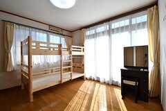 専有部の様子。ベッドの下は収納スペースです。掃き出し窓からベランダへ出られます。(201号室)(2017-02-14,専有部,ROOM,2F)
