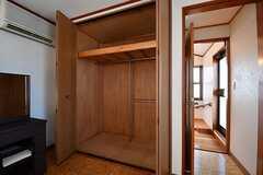 収納は2箇所用意されています。ドアの脇がベランダです。(202号室)(2017-02-14,専有部,ROOM,2F)