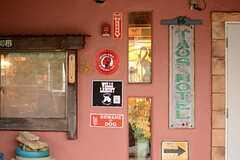 シェアハウスのサインなどがドア脇に飾られています。(2015-03-09,周辺環境,ENTRANCE,1F)