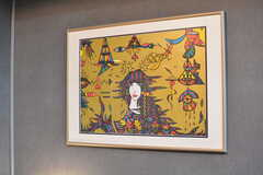 壁の絵は精神障碍を持つアーティストの方による作品。(2019-09-11,共用部,OTHER,1F)