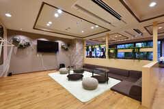 ラウンジの様子。奥がダイニングスペースです。落下を避けるため、座椅子タイプのソファが設置されています。(2019-09-11,共用部,LIVINGROOM,1F)