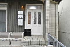 玄関の様子。郵便受けはフロアごとに用意されています。(2020-04-01,周辺環境,ENTRANCE,1F)