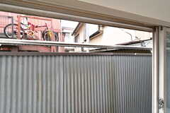 出窓を開けると物干し竿が設置されています。(202号室)(2020-04-01,専有部,ROOM,2F)