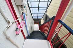 外階段の様子。屋根付きです。(2020-04-01,共用部,OTHER,2F)