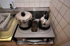 ガスコンロは2口です。(107号室)(2010-05-13,共用部,LIVINGROOM,1F)