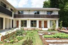 庭はガーデニングスペースと菜園スペースがあります。(2016-04-30,共用部,OUTLOOK,1F)