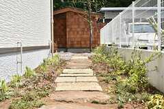 道路から庭へ続くアプローチ。(2016-04-30,共用部,OTHER,1F)