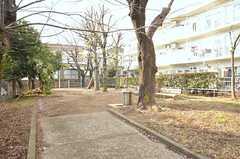 隣の団地の一角には小さな公園があります。(2016-02-09,共用部,ENVIRONMENT,1F)