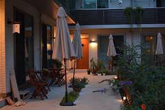 各戸の玄関前にパラソルが設置されています。(2016-07-20,共用部,OTHER,1F)