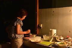 移動式のIHヒーターで天ぷらを揚げています。(2016-07-20,共用部,OTHER,1F)