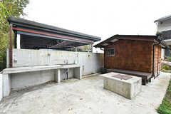 BBQのできる屋外スペース。シンクとコンクリートのBBQコンロが設置されています。コンセントもあり、IHヒーターなども使えます。(2017-11-14,共用部,KITCHEN,1F)