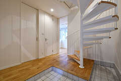 玄関から見た内部の様子。床材はヤマグリです。(105号室)(2017-11-14,専有部,ROOM,1F)
