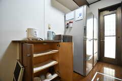 食器棚の様子。空いているスペースは私物をしまっておけます。(2019-01-08,共用部,KITCHEN,1F)