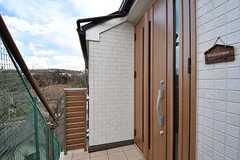 玄関の様子。玄関は2F部分に設置されています。(2017-03-07,周辺環境,ENTRANCE,2F)
