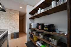 キッチンの対面は収納棚です。収納棚には共用の食器やキッチン家電が並んでいます。(2017-03-07,共用部,KITCHEN,2F)