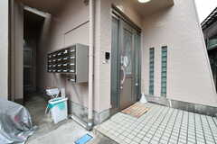 シェアハウスの玄関。左手は喫煙所です。(2018-03-23,周辺環境,ENTRANCE,1F)