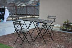 屋上にはテーブルとイスが設置されています。(2018-03-23,共用部,OTHER,3F)