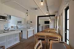 シェアハウスのラウンジの様子2。無垢材の床です。(2011-04-04,共用部,LIVINGROOM,1F)