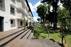 建物をぐるりと囲むように敷かれたデッキテラスの様子。(2011-04-04,共用部,OTHER,1F)