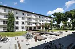棟と棟の間の敷地にはテラスのほか、駐車場や駐輪場が設けられています。(2012-08-05,共用部,OTHER,1F)