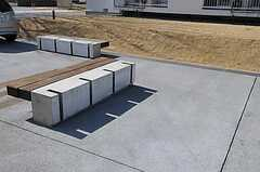 自転車置き場の様子。ホイールをコンクリートの溝に挟んで保管します。(2011-04-04,共用部,GARAGE,1F)