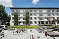 晴れの日が似合う!隣の棟は、学生専用の住居になっているとのこと。(2012-08-05,共用部,OUTLOOK,1F)