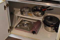 ガスコンロの下は共用のカセットコンロや鍋が収納されています。(2017-08-25,共用部,KITCHEN,1F)