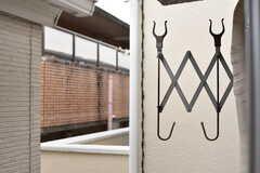 ベランダには物干し金具が設置されています。(202号室)(2017-08-25,専有部,ROOM,2F)