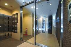 エントランスの内部に設けられた扉はオートロックです。(2013-06-03,周辺環境,ENTRANCE,1F)