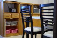 食器棚の様子。専有部ごとにスペースが分けられています。(2013-06-03,共用部,LIVINGROOM,9F)