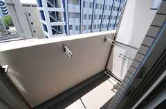 ベランダの様子。物干しができる器具が設置されています。(903号室)(2013-06-03,専有部,ROOM,9F)