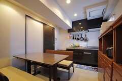 ダイニング側から見たキッチンの様子。(2013-06-03,共用部,LIVINGROOM,7F)