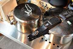 IHクッキングヒーターの下には共用の鍋やドイツ製の圧力鍋が置かれています。(2016-07-22,共用部,KITCHEN,1F)