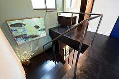 階段の様子。踊り場の足元には照射器が置かれています。(2016-07-22,共用部,OTHER,2F)