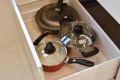 鍋やフライパンが収納されています。(2017-12-13,共用部,KITCHEN,2F)