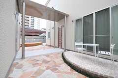 内部は中庭のようになっています。右がA棟、左がB棟です。(2012-02-29,周辺環境,ENTRANCE,1F)