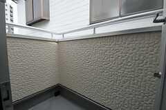 専有部の様子2。正面の窓からベランダに出られます。(201号室)(2012-03-07,専有部,ROOM,2F)