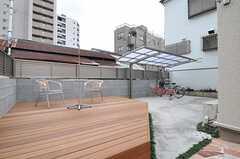 庭にはウッドデッキが設置されています。(2012-12-21,共用部,OTHER,1F)