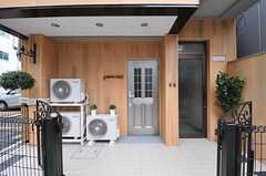シェアハウスの正面玄関。右手にあるガラスドアの奥は、2Fにあがる階段があります。(2012-07-13,周辺環境,ENTRANCE,1F)